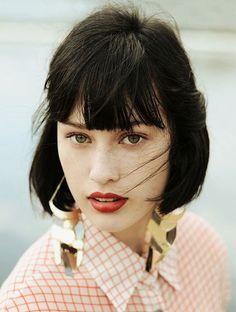 La frange droite, un classique qui sublime des cheveux ultra lisses. Source Vanity Fair