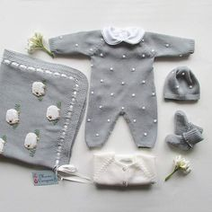 Schlichter Overall mit handgefertigten Kugeln und Knöpfen hinten und im Schritt… Simple jumpsuit with handmade balls and buttons on the back and crotch. Ref: Here you will find the color catalog. Baby Knitting Patterns, Baby Boy Knitting, Knitting For Kids, Crochet Socks, Crochet Baby, Fashion Kids, Crochet Playsuits, Couture Bb, Baby Overall