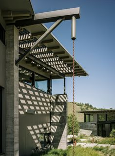 Greg wants a rainchain.Modern eco-conscious pavilion in California by Feldman Architecture with butterfly roof and recycled rainwater. Roof Design, House Design, Water Catchment, Butterfly Roof, Rustic Pergola, House Foundation, House Landscape, Architecture Photo, Light Architecture