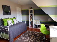 jugendzimmer mädchen klein schräge grau grün weiß ikea regale sitzbank