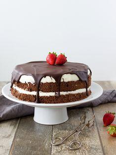 Míša dort jsem dělala už několikrát a vždycky měl velký úspěch. Pokud není moc času a nápadů na jiný dort, sáhnu po něm. Je totiž poměrně ry... Sweet Recipes, Cake Recipes, Tiramisu, Ham, Mousse, Cake Decorating, Deserts, Food And Drink, Cheesecake