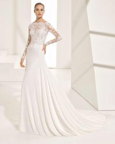 Vestido de novia estilo evasé de encaje y georgette de manga larga, con escote barco, espalda V y transparencias. Colección 2018 Rosa Clará Couture.