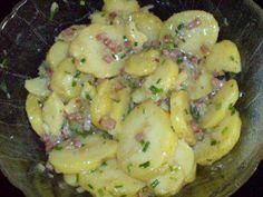 Das perfekte Warmer Kartoffelsalat-Rezept mit Bild und einfacher Schritt-für-Schritt-Anleitung: Die Kartoffeln pellen und in Scheiben schneiden.