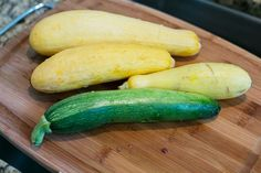 If you're like many gardeners, your yellow squash plants produce so prolifically between July and September that you can't use the delicious vegetables quickly enough. Freezing Vegetables, Raw Vegetables, Frozen Vegetables, Veggies, Yellow Squash Recipes, Summer Squash Recipes, Freezing Yellow Squash, Canning Squash, Baked Summer Squash