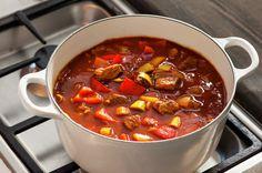Gulasj er en kraftig gryterett med masse smak, og en av nasjonalrettene i Ungarn. Det finnes mange gulasjvarianter. Her er en kjapp versjon med mørt, norsk storfekjøtt i terninger, paprika, tomat og krydder. Goulash, Food Inspiration, Stew, Chili, Nom Nom, Main Dishes, Food And Drink, Lunch, Dinner