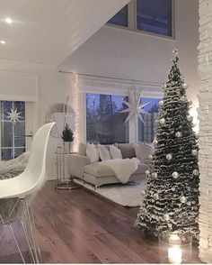 Winter decoration ideas at home wintery motive serving board - ENGILISH MODELB Christmas Living Rooms, Christmas Room, Cozy Christmas, Xmas, Christmas Trees, Christmas Decor, Interior Design Living Room, Living Room Designs, Living Room Decor