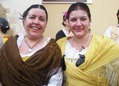 Silvia y Isa, con el traje típico de los pueblos del interior de la montaña de Alicante