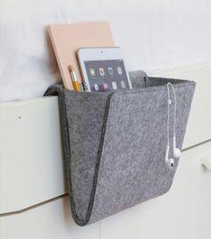 Si vous n'avez pas de place pour une table de chevet, Adoptez donc la pochette de chevet, ultra pratique elle se fixe dans le cadre de votre lit et vous pourrez y glisser magazines, tablette, lunettes...