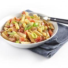 Pasta met prei, roomkaas, tomaten en spekjes; vervang spekjes door zongedroogde tomaatjes voor een vegetarische variant