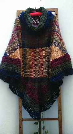 Poncho Tejido Artesanal Telar Crochet Lana - $ 800,00 en MercadoLibre Tapestry Weaving, Loom Weaving, Gypsy Style, My Style, Poncho Shawl, Altered Couture, Crochet Squares, Crochet Fashion, Lana