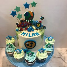 Tarta buttercream con estrellitas y cupcakes a juego. Birthday Cake, Cupcakes, Desserts, Food, One Year Birthday, Game, Pies, Sweets, Tailgate Desserts