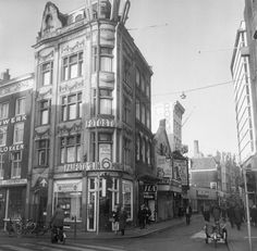 A view of the corner of Kalverstraat and Muntplein in Amsterdam. On the left, on the Kalverstraat, the Plaza and Roxy cinema theaters. Amsterdam City, Amsterdam Netherlands, Cinema Theatre, Interesting Buildings, Great Memories, City Life, Old Pictures, Roxy, Street Photography