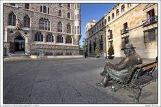 """Escultura de Gaudí diseñando """"El edificio Botines"""".  http://www.ojodigital.com/foro/attachments/urbanas-arquitectura-interiores-y-escultura/17339d1203243201-edificio-botines-gaudi-leon-img_0326.jpg"""