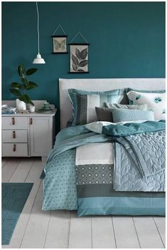 25 Green Bedroom Ideas That Bring The Atmosphere Like Outdoors In Your Room # Teal Bedroom Designs, Blue Bedroom Decor, Bedroom Wall Colors, Bedroom Color Schemes, Teal Bedroom Walls, Blue Feature Wall Bedroom, Teal Master Bedroom, Blue Green Bedrooms, Teal Rooms