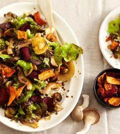 Kräuterseitlinge, Puylinsen, Rosenkohl, krosser Speck und bunte Gemüsechips - fertig ist der farbenfrohe Salat.