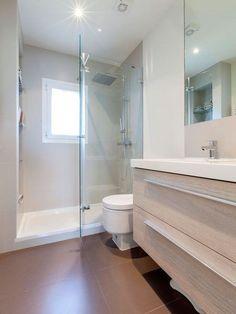 El cuarto de baño con ducha en tonos neutros
