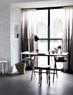 Bureau, mur en brique, fenêtres