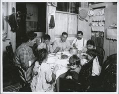 Tenement family, New York Vintage Photography Vintage Pictures, Old Pictures, Old Photos, Vintage Images, Lewis Wickes Hine, Wisconsin, Nyc, Vintage New York, Lower East Side