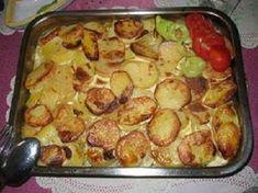 Ki szereti?  Tepsis krumpli tarjával! hozzávalók  • burgonya • csontozott karaj • vöröshagyma • tojás • zöldpaprika • vaj • só • bors • pirospaprika... Sprouts, Bors, Vegetables, Vegetable Recipes, Veggies