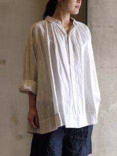 ごわっとした質感がナチュラルなコットンリネンのシャツ。襟元のギャザーとゆったりとしたサイジングでリラックスムードが漂っています。ラフに着ても大人っぽく見えるこんなシャツで休日を過ごしてみたいですね。