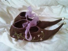 Free Elf Shoe pattern...omg, these are so cute! Use an old jacket or any used fabric to make these cheap or even free!: