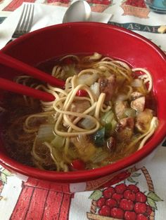 Noodles con pollo e brodo di miso