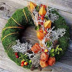 Dekorace na hrob může mít různou podobu. Inspirujte se a vyrobte si vlastní dušičkovou výzdobu. Grave Flowers, Funeral Flowers, Wreaths And Garlands, Door Wreaths, Funeral Flower Arrangements, Floral Arrangements, Autumn Wreaths, Christmas Wreaths, Handmade Christmas Decorations