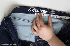 How to Take in your Jeans Waist - Step by Step Tutorial Make Skinny Jeans, Sewing Hacks, Sewing Projects, Altering Jeans, Sewing Jeans, Sewing Alterations, Sew Ins, Learn To Sew, Sewing Techniques