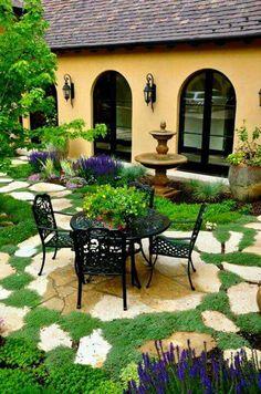 Preciosa área de descanso en el patio trasero. Back yard.
