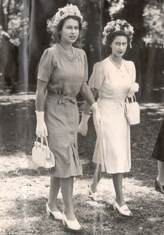Princess Elizabeth II it was a fruity look at the Stock Exchange in 1949 Side-by-side with sister Princess Margaret. Royal Queen, Hm The Queen, King Queen, English Royal Family, British Royal Families, Reine Victoria, Queen Victoria, Windsor, Princesa Margaret