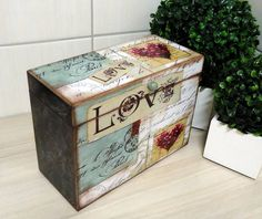 Child also be a momento box, or hold some favorite pictures. Decoupage Vintage, Decoupage Wood, Painted Boxes, Wooden Boxes, Wooden Crafts, Diy And Crafts, Painted Furniture, Diy Furniture, Foto Transfer