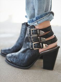 Ankle Boot / Buckles