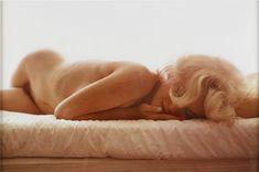 Marilyn Monroe fotografiada por Leif Erik Nygards. En en el Hotel Bel Air de Los Angeles, el 27 de junio de 1962.  Cuando Leif-Erik Nygards conoció a Marilyn Monroe, Nygards era asistente del fotógrafo Bert Stern. Tras una sesión, Nygards preguntó si podía tomar una sola fotografía parar él mismo: consiguió más de lo que pidió.