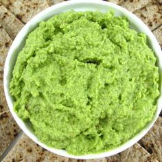 Fabulously Healthy, Edamame, Spinach and Garlic Hummus. This skinnyfied dip is loaded with such good-for-you ingredients, including spinach and edamame beans. And its low in fat and calories! Edamame Hummus, Healthy Hummus, Garlic Hummus, Healthy Snacks, Healthy Eating, Healthy Recipes, Hummus Dip, Edamame Beans, Garlic Edamame