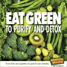 Màu xanh giúp làm sạch cơ thể Môi sinh chúng ta đang sống hiện nay, thực phẩm chúng ta ăn hàng ngày đang bị nhiễm bẩn trầm trọng. Sử dụng rau, và các loại củ quả có màu xanh sẽ giúp làm sạch cơ thể bạn và giúp đào thải độc tố ra khỏi cơ thể và rất tốt cho hệ miễn dịch của bạn.