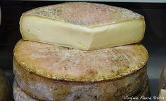 Saint-Nectaire - Fromage au lait de vache, Le Saint-Nectaire, présenté nu, porte une marque en caséine verte, de forme elliptique pour le Saint-Nectaire fermier, rectangulaire pour le Saint-Nectaire laitier.