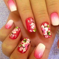 Rosa com Flores. Unhas Decoradas usando esmalte cor de rosa.