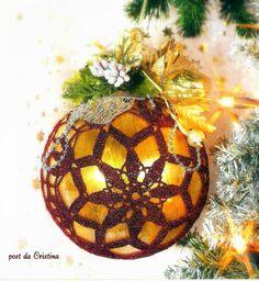 Ciao, un'altra pallina da decorare, in filato lamé rosso scuro, ha 10 cm di diametro.  Potete lavorarla in diversi colori e decorararla a ...