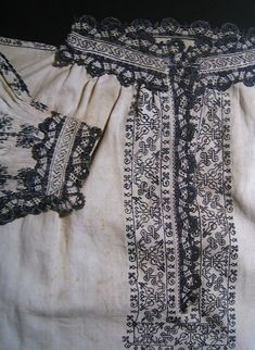 Man's shirt, linen with blue silk embroidery and bobbin lace. Knee-length, late 16th century. From The Textile Museum in Prato. shirtlate16thcprato1.jpg Photo by operafantomet | Photobucket