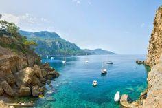 Wil jij de volgende zomer naar een zonovergoten paradijs? Boek dan deze reis naar het Spaanse eiland Mallorca. Een prachtige azuurblauwe zee, waar je uren in door kan brengen. Of zoek je toch liever de schaduw op die de palmbomen voor je achterlaten? via effefoetsie.nl