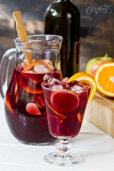 No sugar but use ginger ale in place of sparkling water. Quick, easy recipe for a traditional red wine Sangria perfect for moments of respite. Sangria is the kind of drink perfect for parties and family gatherings. Summer Drinks, Fun Drinks, Alcoholic Drinks, Beverages, Tea Cocktails, Cocktail Recipes, Red Sangria Recipes, Margarita Recipes, Red Wine Sangria