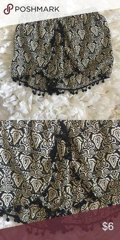 Black and white shorts Flows shorts. Cute pattern. New never worn. Size medium Shorts