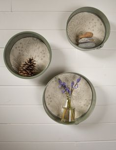How to Create Floating Wall Shelves With Old Cake Tins Plus 29 More 30 Creative Ways To Repurpose Baking Pans! A fun collection of craft projects for repurposing and upcycling old metal baking pans into beautiful and creative DIY home decor and storage! Floating Cabinets, Floating Wall Shelves, Do It Yourself Inspiration, Diy Inspiration, Candy Cane Wreath, Unique Centerpieces, Tiffany, Diy Kitchen Decor, Kitchen Ideas