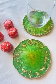 Table Coasters, Diy Coasters, Diy Kitchen, Kitchen Decor, Round Tray, Spring Green, Resin Crafts, Serving Bowls, Color Pop