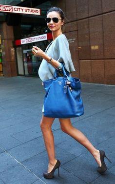 Comment porter un sac quand on est enceinte, astuces et conseils de mode pour bien porter et tenir son sac à main quand on est femme enceinte.