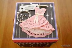 Explosionsbox-Jugendweihe-Geschenk-Kommunion-Konfirmation-Firmung-Herz-Kleid-Doily-rosa-schwarz-mit-Gutschein-Gutscheinkarte-Gutscheinverpackung-Verpackung-Cover
