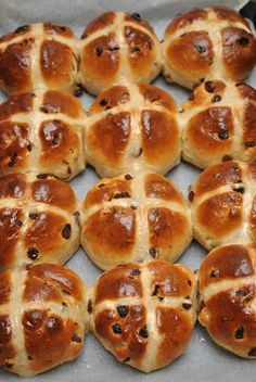 Hot Cross Buns - The Australian Easter Treat. I know it's not Easter yet but I have a craving for Hot Cross Buns, toasted, buttered and slathered with home made strawberry jam. Cross Buns Recipe, Bun Recipe, Recipe Tips, Aussie Food, Australian Food, Australian Recipes, Easter Recipes, Holiday Recipes, Foodies