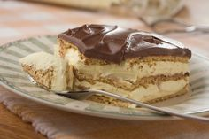 Eclair easy dessert my neighbors made this for us and I've been meaning to get the recipe!Eclair easy dessert my neighbors made this for us and I've been meaning to get the recipe! 13 Desserts, Delicious Desserts, Dessert Recipes, Yummy Food, Icebox Cake Recipes, French Desserts, Pudding Desserts, Pudding Cake, Dessert Bars