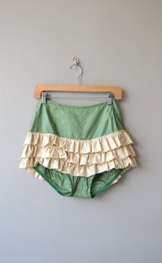 Vintage 1950s jade green cotton bloomers with cream ruffles and metal back zipper. ✂-----Measurements fits like: xs waist: 26 hip: 38 length: 14.5 brand/maker: n/a condition: excellent to ensure a good fit, please read the sizing guide: http://www.etsy.com/shop/DearGolden/policy ✩ more lingerie | swim ✩ https://www.etsy.com/shop/DearGolden?ref=hdr_shop_menu&section_id=7337122 ✩ visit the shop ✩ http://www.Dear...