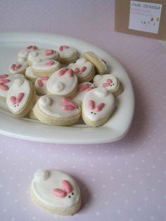 Six in the Suburbs: Good n' Plenty Bunny Cookies - Adorable cookie decorating idea! Galletas Cookies, Easter Cookies, Easter Treats, Easter Food, Sugar Cookies, Baby Cookies, Heart Cookies, Valentine Cookies, Birthday Cookies